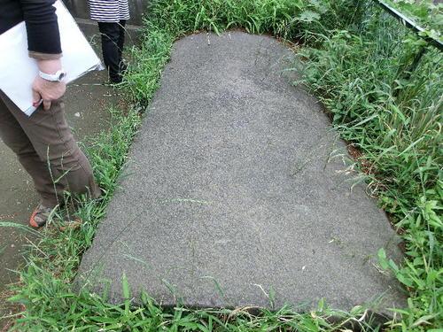 11宝塔山古墳入り口の蓋か.JPG