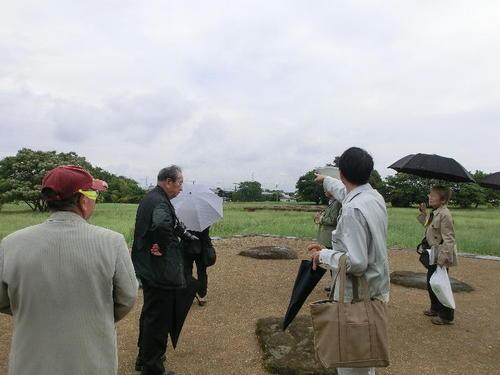 54北東方向の赤城山が見えるあたりを指差す高井先生.JPG
