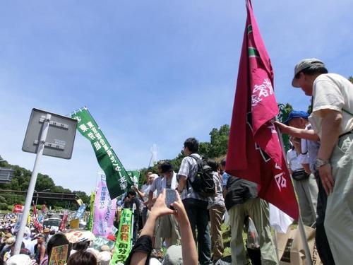10参加団体集合場所、旗が目印.JPG