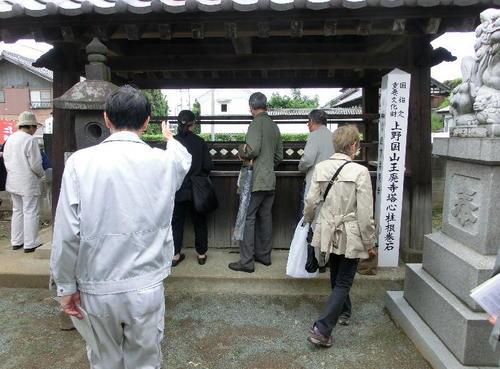 22根巻石と石製鴟尾.JPG