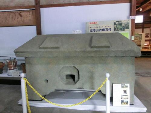 29宝塔山古墳の石棺レプリカ.JPG