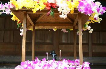 国分寺本堂の花祭り花御堂と誕生仏.JPG